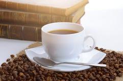 Φλυτζάνι του μαύρου καφέ και βιβλία Στοκ φωτογραφία με δικαίωμα ελεύθερης χρήσης