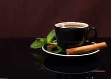 Φλυτζάνι του μαύρου καφέ με την κανέλα και τη μέντα Στοκ Εικόνα