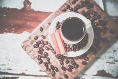 Φλυτζάνι του μαύρου καφέ σε ένα σημειωματάριο, καφές στοκ εικόνα