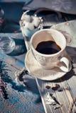 Φλυτζάνι του συνόλου espresso σε έναν ξύλινο πίνακα, φυσική ελαφριά ρύθμιση Στοκ φωτογραφία με δικαίωμα ελεύθερης χρήσης