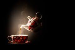 Φλυτζάνι του τσαγιού από teapot Στοκ φωτογραφία με δικαίωμα ελεύθερης χρήσης