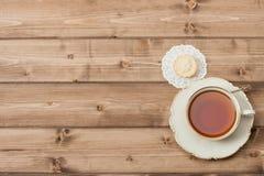 Φλυτζάνι του τσαγιού εορταστικά τρόφιμα Ξύλινο υπόβαθρο με το αντίγραφο Στοκ Φωτογραφίες