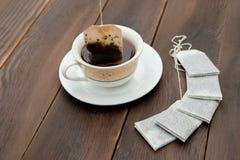 Φλυτζάνι του τσαγιού και νέα teabags στοκ εικόνες