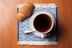 Φλυτζάνι του τσαγιού και croissants Στοκ εικόνες με δικαίωμα ελεύθερης χρήσης