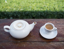 Φλυτζάνι του τσαγιού και teakettle στον ξύλινο φραγμό στοκ εικόνα