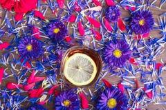 Φλυτζάνι του τσαγιού με το λεμόνι με τα μπλε λουλούδια Στοκ Εικόνα