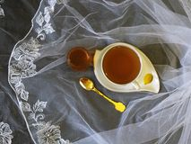 Φλυτζάνι του τσαγιού με το μέλι στοκ φωτογραφία με δικαίωμα ελεύθερης χρήσης