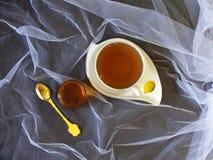 Φλυτζάνι του τσαγιού με το μέλι στοκ φωτογραφίες