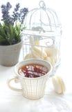 Φλυτζάνι του τσαγιού με το macaron Στοκ εικόνα με δικαίωμα ελεύθερης χρήσης