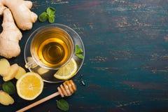 Φλυτζάνι του τσαγιού πιπεροριζών με το λεμόνι και το μέλι Στοκ εικόνα με δικαίωμα ελεύθερης χρήσης