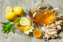 Φλυτζάνι του τσαγιού πιπεροριζών με το μέλι και το λεμόνι στοκ φωτογραφία με δικαίωμα ελεύθερης χρήσης