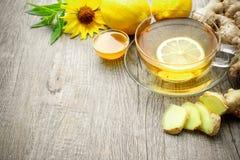 Φλυτζάνι του τσαγιού πιπεροριζών με το μέλι και το λεμόνι στοκ φωτογραφίες