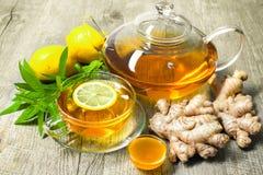 Φλυτζάνι του τσαγιού πιπεροριζών με το μέλι και το λεμόνι στοκ φωτογραφία