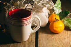 Φλυτζάνι του τσαγιού, πουλόβερ, tangerine Στοκ φωτογραφία με δικαίωμα ελεύθερης χρήσης