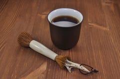 Φλυτζάνι του τσαγιού σε ένα ξύλινο υπόβαθρο Στοκ εικόνα με δικαίωμα ελεύθερης χρήσης