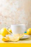 Φλυτζάνι του τσαγιού/του καφέ & των λεμονιών στοκ εικόνες