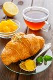 Φλυτζάνι του τσαγιού, croissant, του λεμονιού και της μέντας Στοκ εικόνα με δικαίωμα ελεύθερης χρήσης