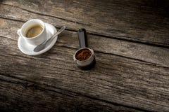 Φλυτζάνι του φρέσκου καυτού Arabica μαύρου καφέ και πρόσφατα του επίγειου καφέ Στοκ Εικόνες