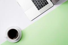 Φλυτζάνι του φρέσκων καφέ και του lap-top στο ελαφρύ υπόβαθρο χρώματος, κορυφή VI Στοκ εικόνες με δικαίωμα ελεύθερης χρήσης
