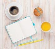 Φλυτζάνι του χυμού από πορτοκάλι, φλυτζάνι καφέ, μπισκότα μελοψωμάτων και σημειωματάριο Στοκ Εικόνα