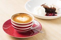 Φλυτζάνι του cappuccino με την απεικόνιση καρδιών Στοκ εικόνα με δικαίωμα ελεύθερης χρήσης