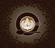 Φλυτζάνι του cappuccino με το σχέδιο γάλακτος που περιβάλλεται κοντά  Στοκ φωτογραφία με δικαίωμα ελεύθερης χρήσης