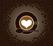 Φλυτζάνι του cappuccino με το σχέδιο μορφής καρδιών surroun Στοκ φωτογραφία με δικαίωμα ελεύθερης χρήσης