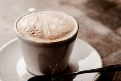 Φλυτζάνι του cappuccino πέρα από τον ξύλινο πίνακα Στοκ φωτογραφίες με δικαίωμα ελεύθερης χρήσης