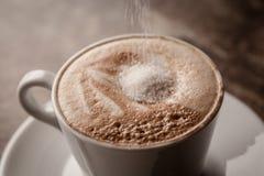 Φλυτζάνι του cappuccino πέρα από τον ξύλινο πίνακα Στοκ Εικόνα