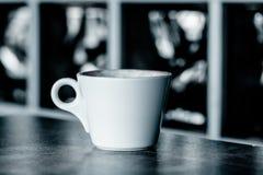 Φλυτζάνι του cappuccino πέρα από τον ξύλινο πίνακα Στοκ εικόνα με δικαίωμα ελεύθερης χρήσης