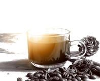 Φλυτζάνι του coffie με το γλυκάνισο κανέλας και αστεριών στο ξύλινο υπόβαθρο στοκ φωτογραφία με δικαίωμα ελεύθερης χρήσης