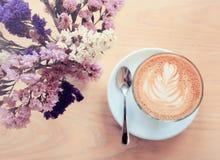 Φλυτζάνι του latte ή του καφέ και των λουλουδιών cappuccino στοκ εικόνες με δικαίωμα ελεύθερης χρήσης