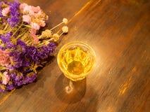 Φλυτζάνι τσαγιού με τα λουλούδια Στοκ εικόνα με δικαίωμα ελεύθερης χρήσης