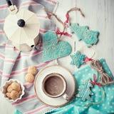 Φλυτζάνι των διακοσμήσεων espresso και Χριστουγέννων σε έναν ξύλινο πίνακα στοκ φωτογραφία με δικαίωμα ελεύθερης χρήσης