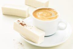 Φλυτζάνι των καραμελών espresso και ιδρώτα στοκ φωτογραφία