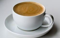 Φλυτζάνι cappuccino καφέ σε ένα άσπρο υπόβαθρο Στοκ φωτογραφίες με δικαίωμα ελεύθερης χρήσης