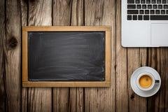 Φλυτζάνι lap-top, πινάκων κιμωλίας και καφέ στο ξύλινο υπόβαθρο Στοκ Εικόνα