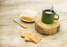 Φλυτζάνι Metall του τσαγιού με το μέλι Στοκ Εικόνα