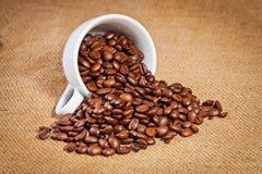 Φλυτζανιών και arabica καφέ φασόλια στο σάκο υφασμάτων Στοκ Εικόνες