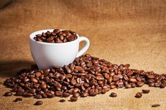 Φλυτζανιών και arabica καφέ φασόλια στο σάκο υφασμάτων Στοκ φωτογραφίες με δικαίωμα ελεύθερης χρήσης