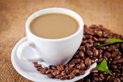 Φλυτζανιών και arabica καφέ φασόλια στο σάκο υφασμάτων Στοκ εικόνα με δικαίωμα ελεύθερης χρήσης