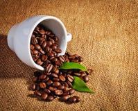 Φλυτζανιών και arabica καφέ φασόλια στο σάκο υφασμάτων Στοκ εικόνες με δικαίωμα ελεύθερης χρήσης