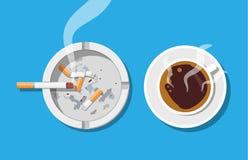 Φλυτζανιών και ashtray καφέ σύνολο των τσιγάρων καπνών Στοκ φωτογραφία με δικαίωμα ελεύθερης χρήσης