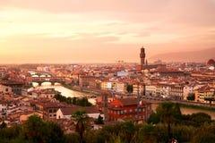 Φλωρεντία, ποταμός Arno και Ponte Vecchio στο ηλιοβασίλεμα Στοκ Εικόνες