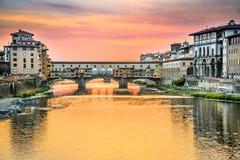 Φλωρεντία, Τοσκάνη, Ιταλία - Ponte Vecchio και ποταμός Arno Στοκ Εικόνες