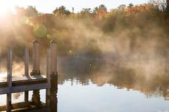 Φλόγα αποβαθρών, νερού, ομίχλης και ήλιων Στοκ φωτογραφία με δικαίωμα ελεύθερης χρήσης