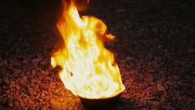 Φλόγα σε μια εστία έξω στη νύχτα, εγχώριο κατώφλι Κάψιμο πυρκαγιάς στρατόπεδων στη σκοτεινή νύχτα φιλμ μικρού μήκους