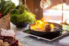 Φλόγα στο τηγάνισμα του τηγανιού Στοκ Φωτογραφίες
