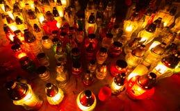 Φλόγες κεριών που φωτίζουν το νεκροταφείο κατά τη διάρκεια της ημέρας όλου του Αγίου Στοκ Εικόνες