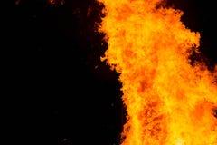 Φλόγες πυρκαγιάς σε ένα μαύρο υπόβαθρο με το διάστημα αντιγράφων Στοκ εικόνες με δικαίωμα ελεύθερης χρήσης